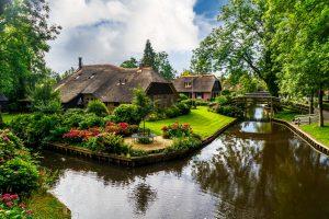 water-village-in-Giethoorn-Village-Scene
