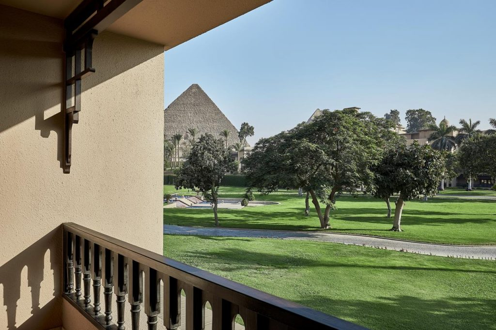 Marriott-Mena-House-pyramids